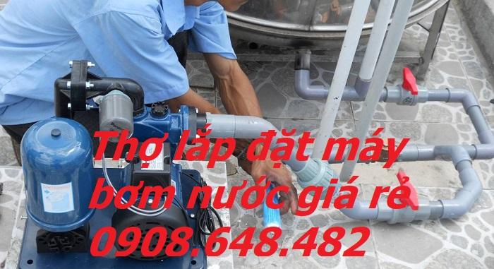 thợ lắp đặt máy bơm nước